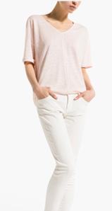 as t-shirts oversize que estão tão na moda ajudam a esconder o que se passa na zona da barriga. Use como na foto, a parte da frente presa no cós das calças, deixando a parte de trás de fora.